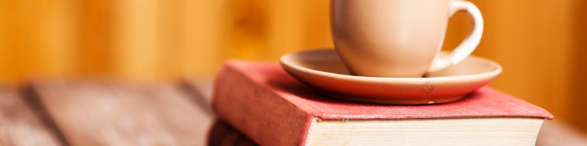 Kop med underkop placeret på to bøger
