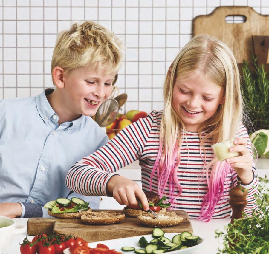 To børn der laver mad