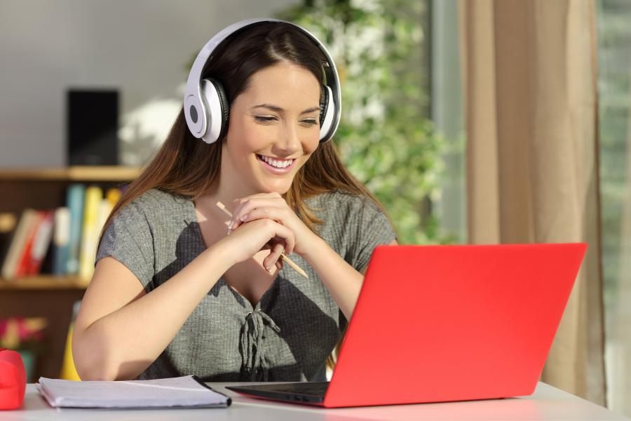 Kvinde taler foran computeren