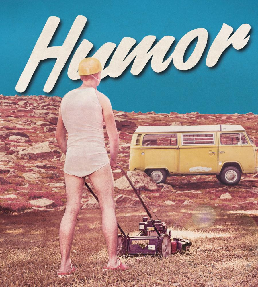 Mand der slår græs i undertøj med teksten humor