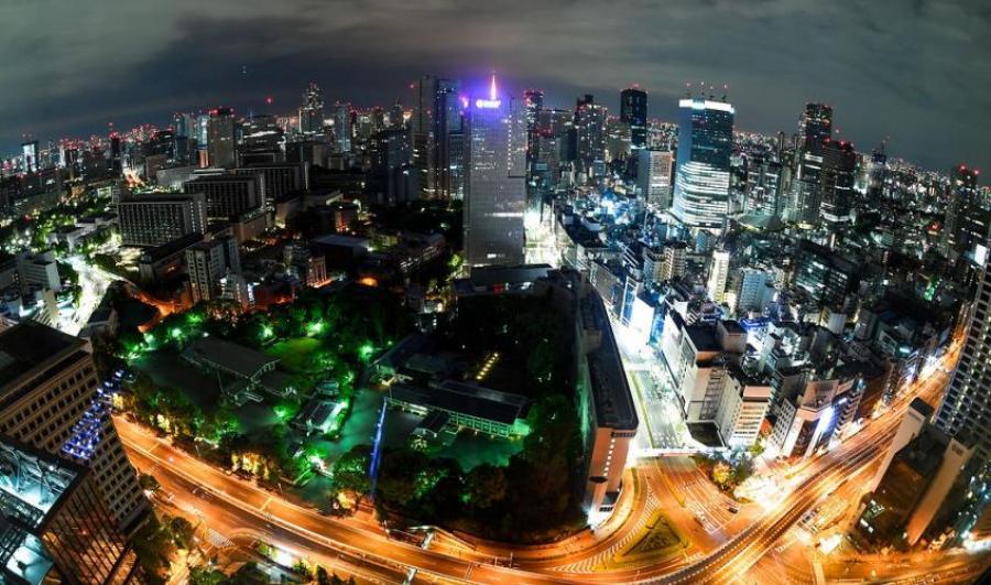 Foto af by ved nattetid taget oppefra