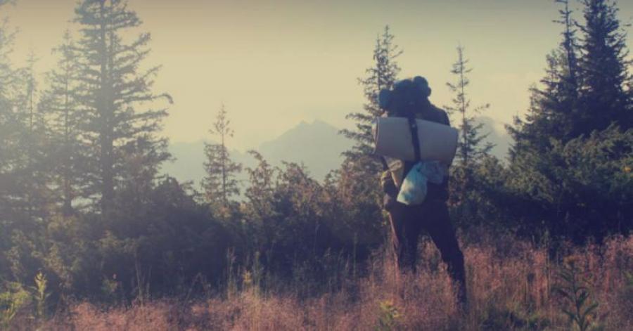 Person med rygsæk i naturen